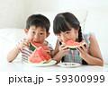 西瓜を食べる男の子と女の子 59300999