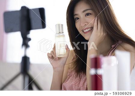 女性 動画撮影 インフルエンサー 59306929