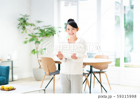 若い女性(洗濯) 59315998