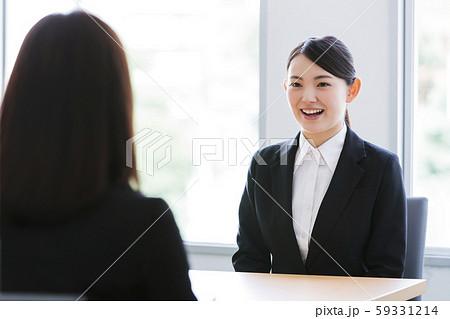 面接 就職活動 ビジネス 女性 オフィス ビジネスウーマン 59331214
