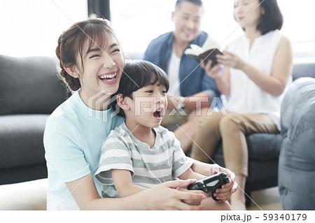家族 ライフスタイル 親子でゲーム 59340179