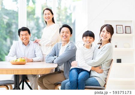 ダイニングで団らんする笑顔の三世代家族 59375173