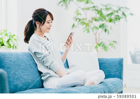 若い女性(スマホ) 59389501