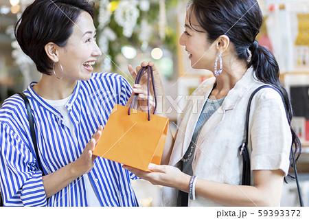 買い物 シッョピング 女性 プレゼント 59393372