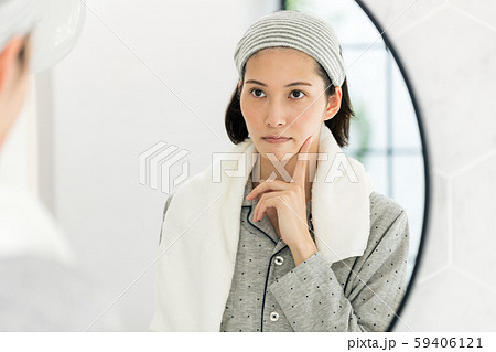 美容 洗顔 鏡 女性 悩む 59406121