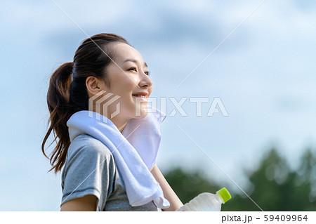女性 トレーニング スポーツ 水分補給 59409964