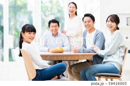 ダイニングで団欒する三世代家族 59416005