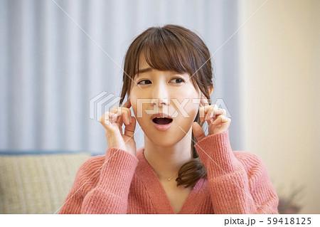 女性 中耳炎 難聴 耳 塞ぐ 病気 騒音 うるさい 59418125