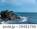 インドネシア バリ島 海上のタナロット寺院 お詣りする人々 59481799