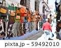 モロッコ 青い町 シャウエン裏路地のお土産物屋 59492010