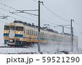 北陸本線・雪の中走る普通列車 59521290
