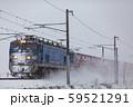 北陸本線・雪の中を走る貨物列車 59521291