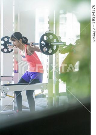 トレーニングやボディメイクを通じて心も強く美しく鍛えるストイックな女性 59594576