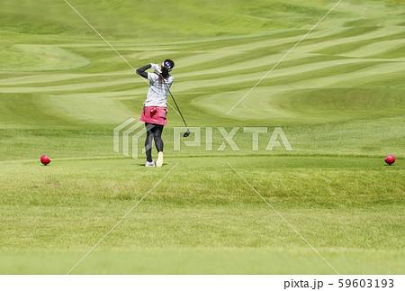 女子ゴルファー ゴルフ場コース ティーショットする女性 イメージ素材 59603193