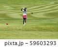 女子ゴルファー ゴルフ場コース ティーショットする女性 イメージ素材 59603293