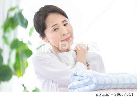 ミドル女性 洗濯物 59657611