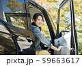 若い女性と軽自動車 59663617