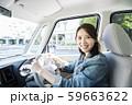 車を運転をする若い女性 59663622