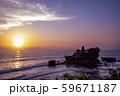 インドネシア バリ島 夕焼けのタナロット寺院 お詣りする人々 59671187