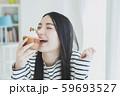 若い女性 食べる おいしい 59693527