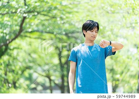 ジョギング エクササイズ 若い男性イメージ 59744989
