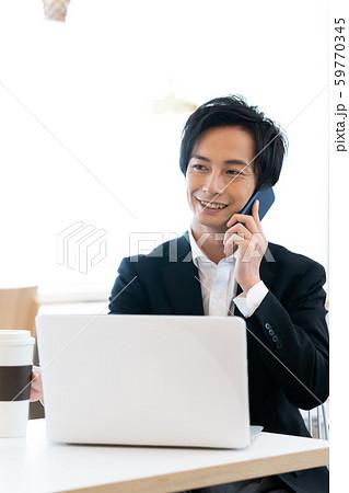 ビジネス 男性 スマホ 59770345