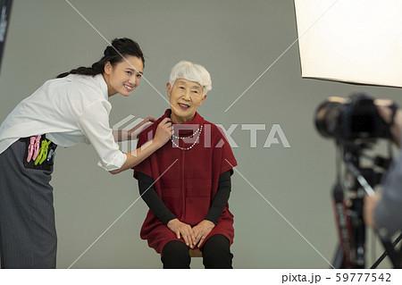 シニア女性 写真撮影 59777542