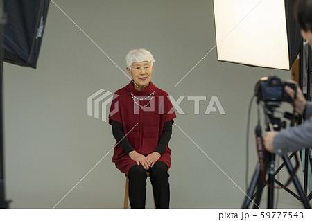 シニア女性 写真撮影 59777543