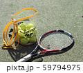 テニス ボールとラケット 59794975