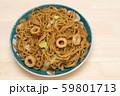 皿に盛ったちくわ入りの焼きそば 59801713