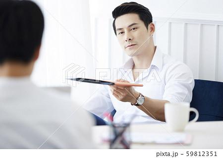 男性 ビジネス 会議 59812351