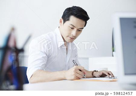 男性 ビジネス デスクワーク 59812457