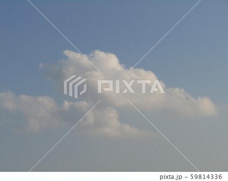 十一月の青空と白い雲 59814336