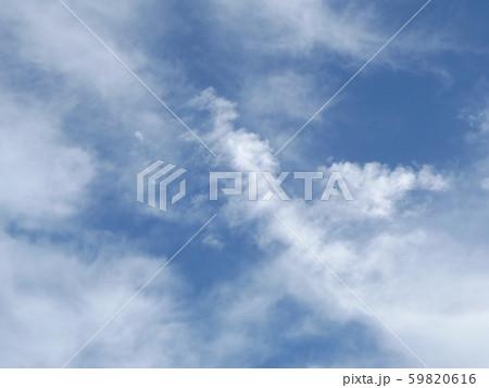秋の朝の白い雲と青い空 59820616