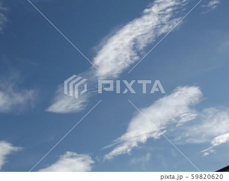 秋の朝の白い雲と青い空 59820620