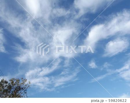 秋の朝の白い雲と青い空 59820622