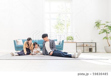 若い家族、リビング、お絵かき 59836485
