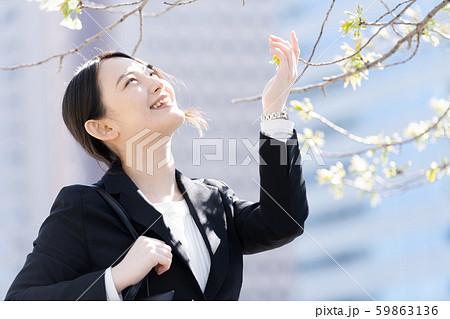 桜 咲き始め 女性 フレッシャーズ 59863136