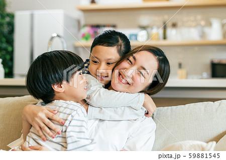 家族 親子 母親 ママ 子供 団欒 59881545