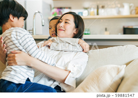 家族 親子 母親 ママ 子供 団欒 59881547