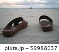 砂浜にポツンと置かれたトイレサンダル 59988037