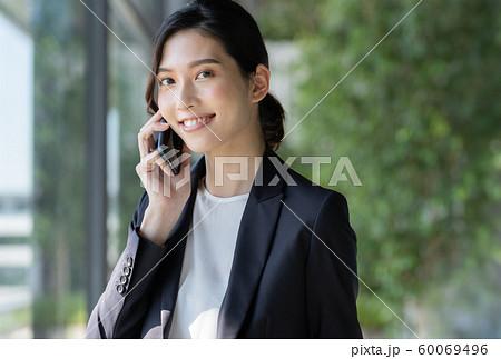 女性 ビジネス スマホ 60069496