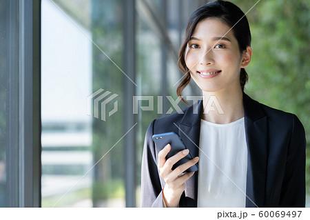 女性 ビジネス スマホ 60069497