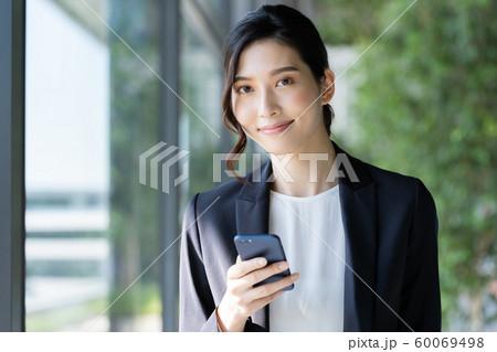 女性 ビジネス スマホ 60069498