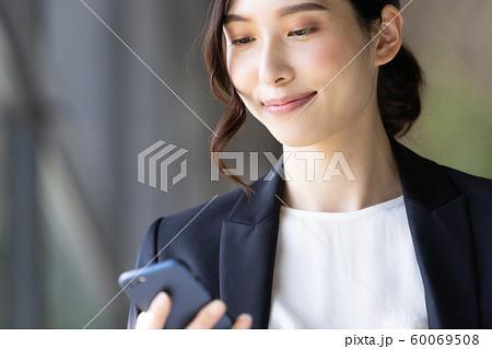 女性 ビジネス スマホ 60069508