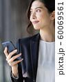 女性 ビジネス スマホ 60069561
