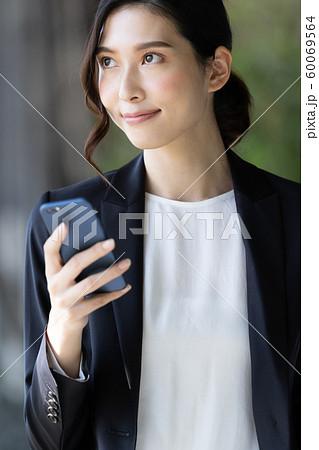 女性 ビジネス スマホ 60069564