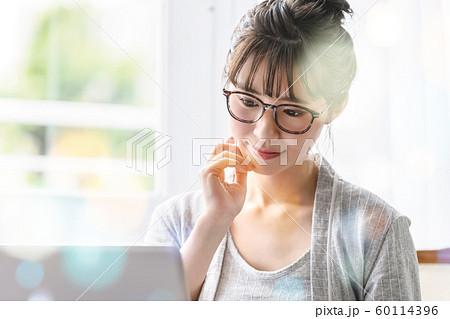 女性 ライフスタイル パソコン ネット 60114396