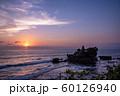 インドネシア バリ島 夕焼けのタナロット寺院 お詣りする人々 60126940
