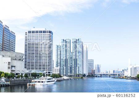 タワーマンションのある水辺の都市風景 60136252
